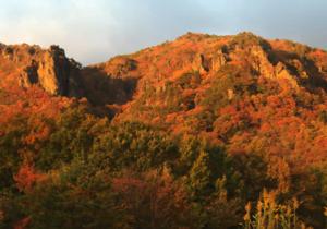紅葉で燃えるような霊山